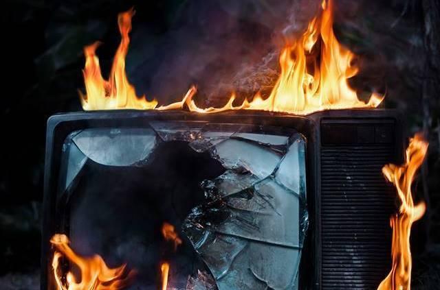 Tunuyán: unas llamas salieron de la estufa incendiando un televisor que por poco quema la casa