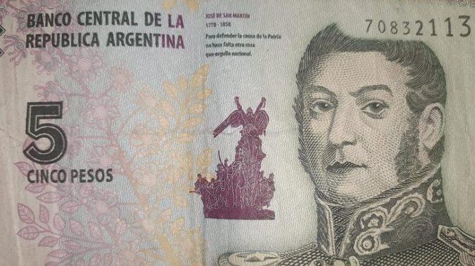 Billetes de 5 pesos: volvieron a prorrogar el plazo para canjearlos en los bancos