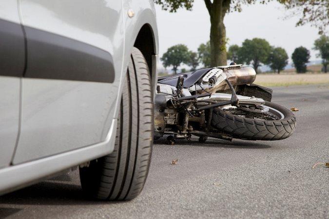 Accidente fatal en San Carlos: un motociclista murió tras chocar con un auto