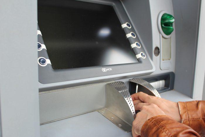Autorizan un aumento en las comisiones que cobran los bancos y vence la gratuidad en el uso de cajeros