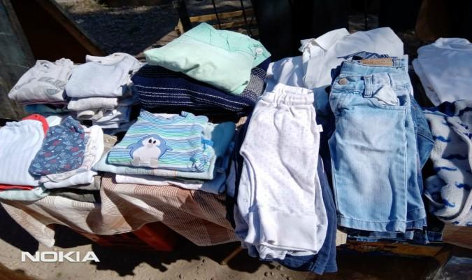 Una niña puso un tablero en la vereda para regalar ropa y su familia se sumó a la campaña