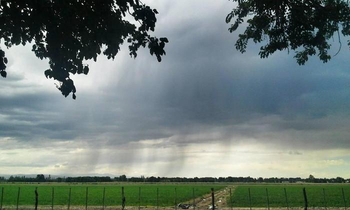 Este sábado sigue el intenso calor y se pronostican tormentas: en algunas zonas hay alerta por granizo