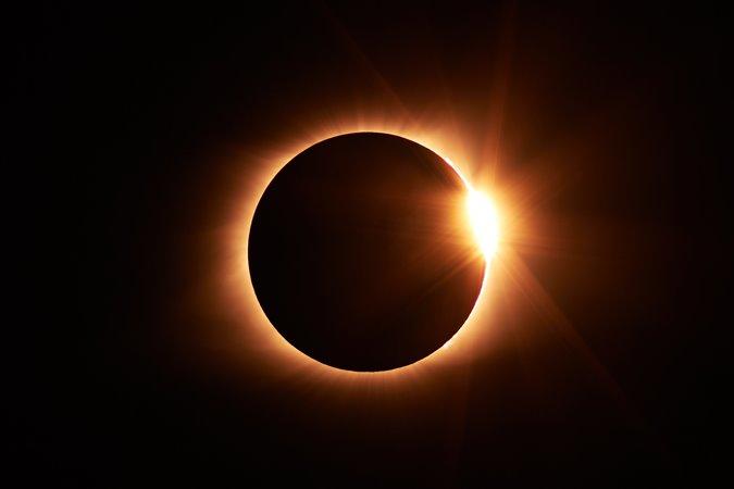 Espectáculo en el cielo: hoy habrá un eclipse solar que en Mendoza se verá parcialmente