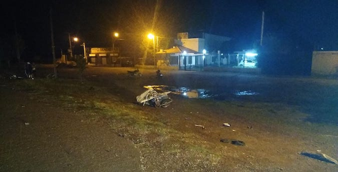 Una camioneta colisionó una moto con un carrito, que terminó impactando a una ciclista