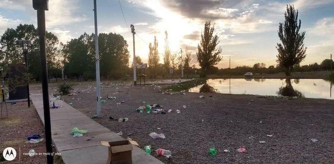Mirá el basural que dejó la gente en el laguito de La Consulta después de los festejos del 31