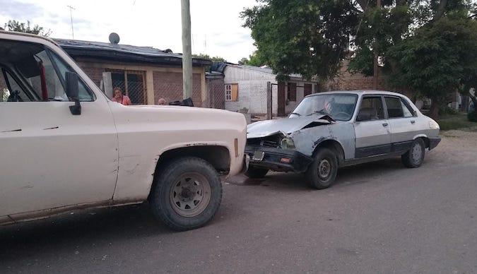 Dejó a su hijita dormida en el auto, y una camioneta que circulaba en contra chocó el vehículo