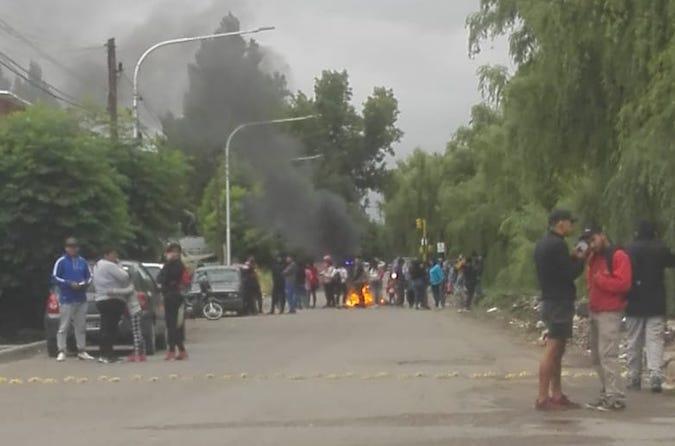 Piquete en la calle 25 de noviembre: vecinos reclamaban por el avance de una causa judicial