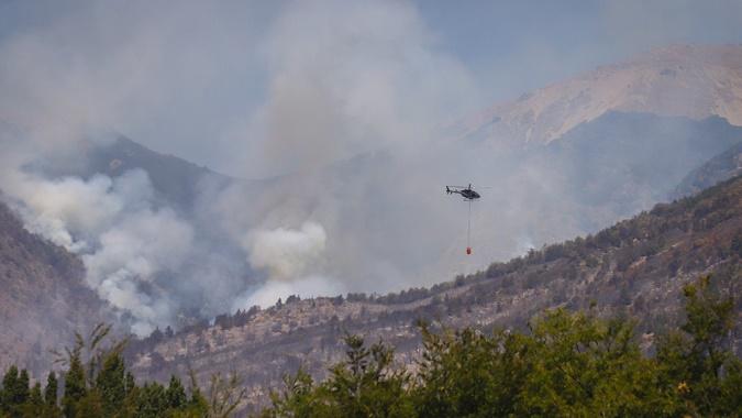 Incendio en Río Negro: un centenar de brigadistas trabajan para que el fuego no llegue a las casas de Nahuelpan