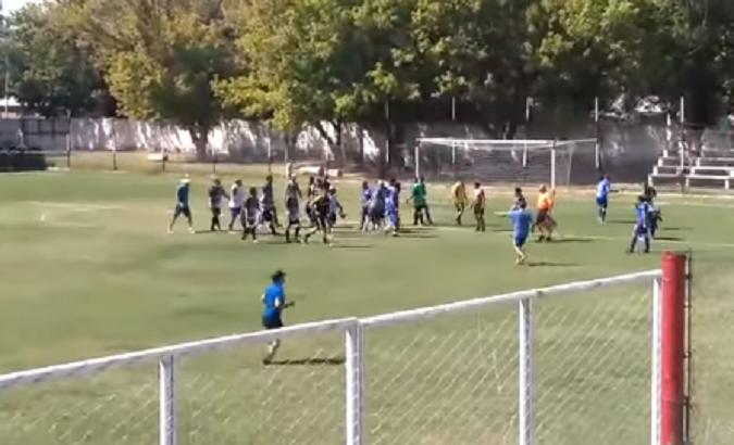 Vergonzoso: un partido de fútbol en San Carlos terminó en una batalla campal