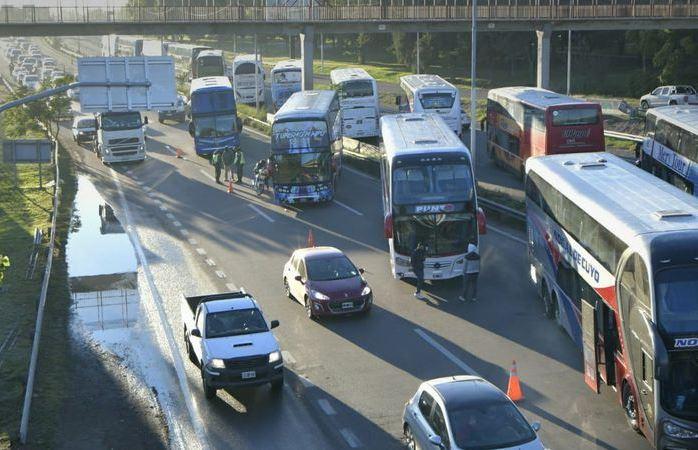 En protesta por las nuevas restricciones, colectivos de larga y media distancia cortan el tránsito en el Acceso Este