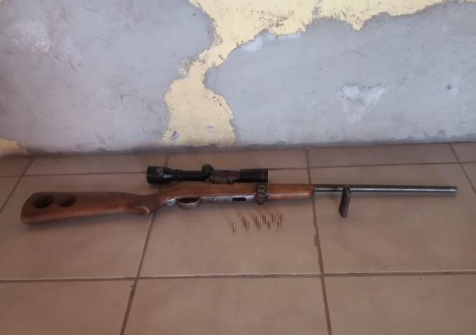 San Carlos: denunciado por violencia de género tenía un rifle y varias municiones en su casa