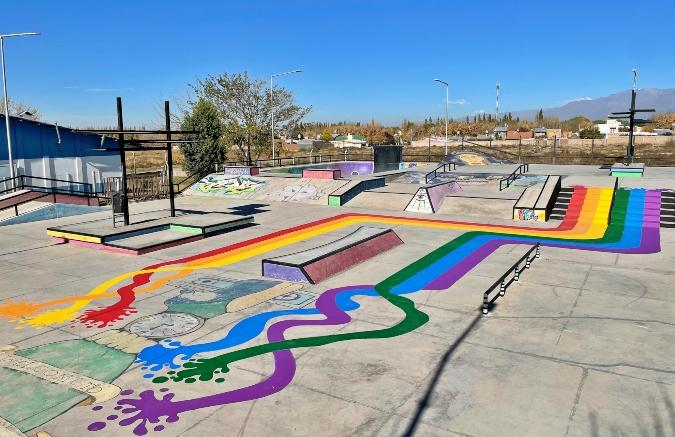Pintaron un mural con los colores de la bandera LGBTIQ+ en el skatepark de Tupungato para concientizar