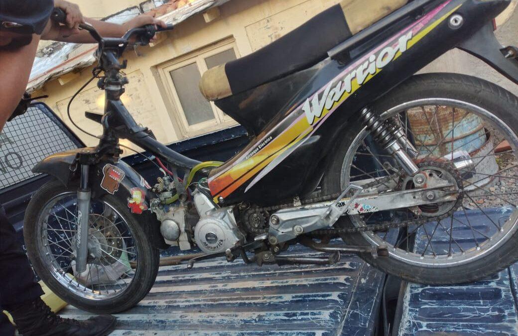 Dos jóvenes viajaban en una moto y la Policía descubrió que la patente no coincidía con el número de motor