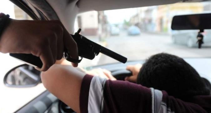Los pararon en la calle, luego los amenazaron con un arma y les robaron la camioneta