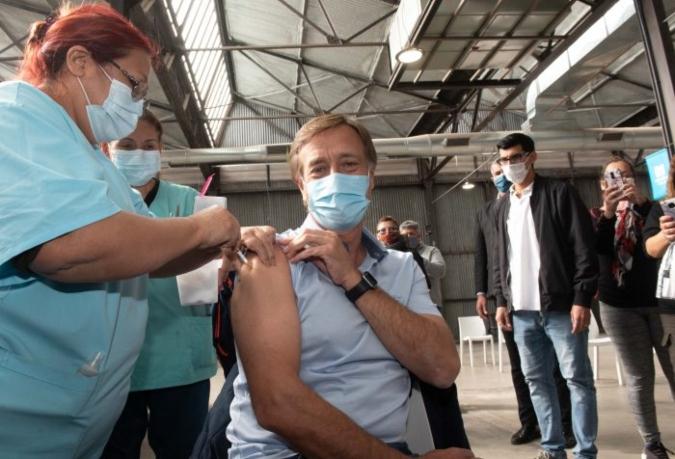 Suarez se vacunó contra el coronavirus y les pidió a los mendocinos que se inscriban