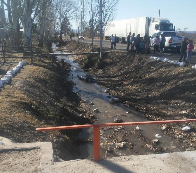 Accidente en Eugenio Bustos: tocó una piedra, perdió el control y cayó con su moto a un zanjón