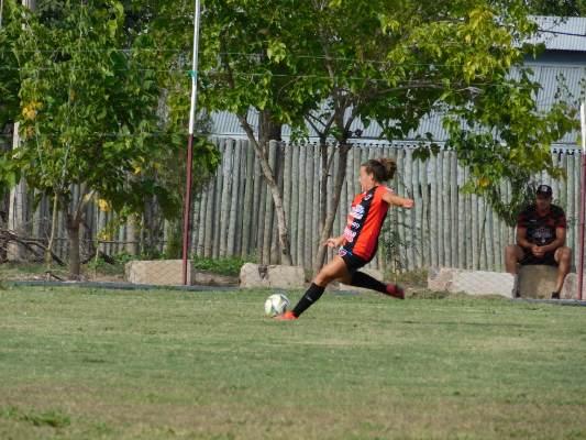Rompiendo estereotipos: Adriana es la primera mujer en Valle de Uco en ser DT de un equipo masculino