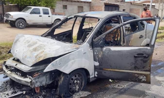 ¡Qué susto! Iba circulando por Tunuyán, vio salir humo y su auto comenzó a arder