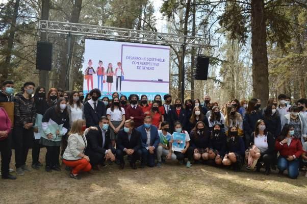 """Junto a estudiantes, Suarez y Marinelli lanzaron en el Valle de Uco IDEAGUA: """"están generando futuro"""""""