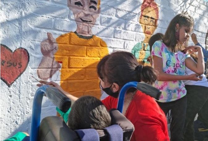 Día de las Lenguas de Señas: en Tunuyán pintan murales con mensajes inclusivos
