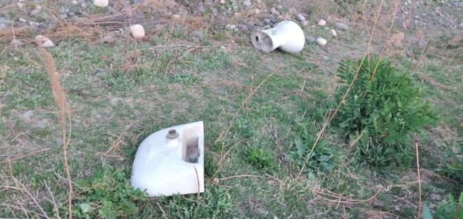 Se robaron un inodoro y un lavamanos y los tiraron en un arroyo durante una persecución