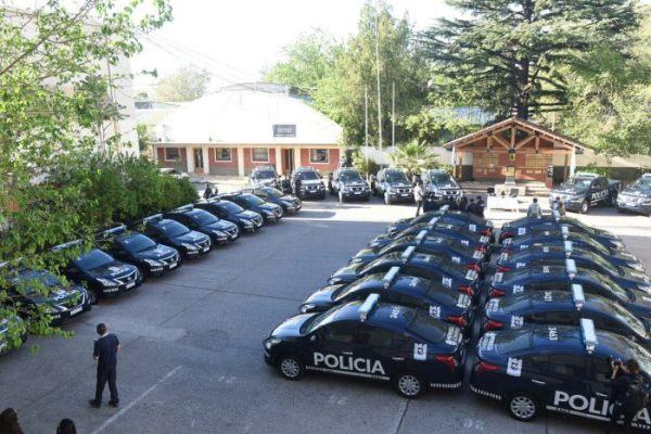 Suarez entregó más de 40 autos, 10 camionetas y drones para la Policía