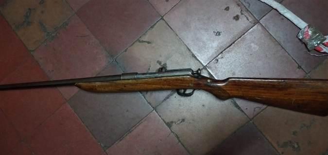 Circulaba en moto con un rifle oculto en un estuche de guitarra y fue descubierto por la Policía