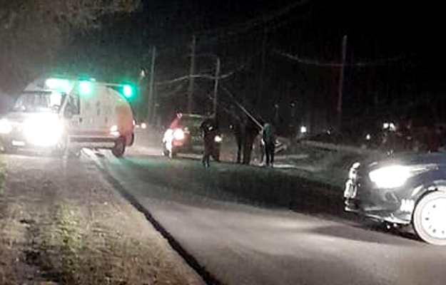 Accidente en La Consulta: un joven que viajaba en un auto impactó contra un poste de luz